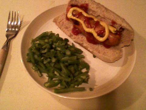 Garlic-mozz sausage on lite wheat bun, green beans